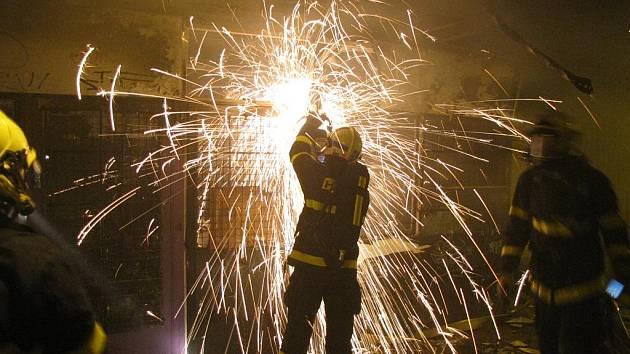 Požár v podchodu v Ostravě-Hrabůvce zachvátil stánek s oblečením a obuví.