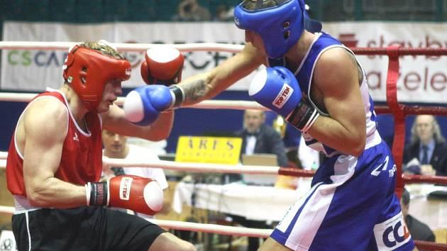 Ostravský Marek Špringl (vpravo) v boji s Petrem Novotným