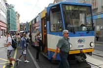 K útoku došlo v tramvaji na lince číslo 2.