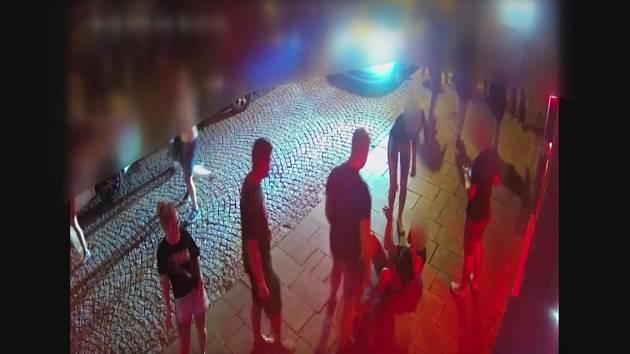 Záběry kamer z policejního archivu k případu brutálního napadení ve Stodolní ulici v Ostravě.