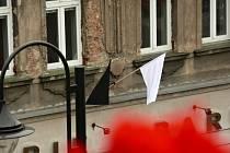Černé a bílé vlajky jako symbol sounáležitosti.