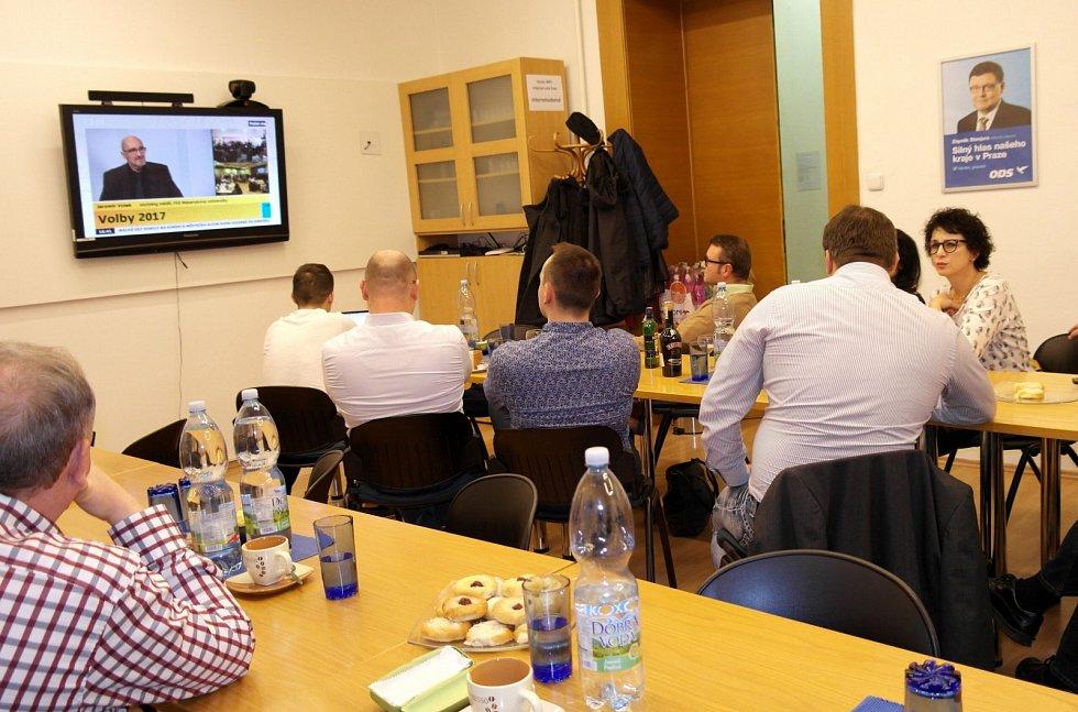 MODRÝ dům v Sokolské třídě 1204/8, neboli volební štáb ODS, přítomní nespouštějí oči z obrazovky z volebním zpravodajstvím.