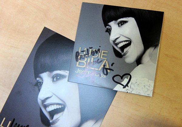 Černobílé turné. Na autogramiádu populární zpěvačky Lucie Bílé vobchodním centru Futurum vOstravě dorazilo několik stovek lidí.