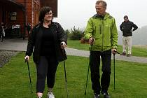 Redaktorka Deníku nacvičuje severskou chůzi s vedoucím tréninkového centra mládeže Golfového klubu Ostravice Jindřichem Byrtusem.