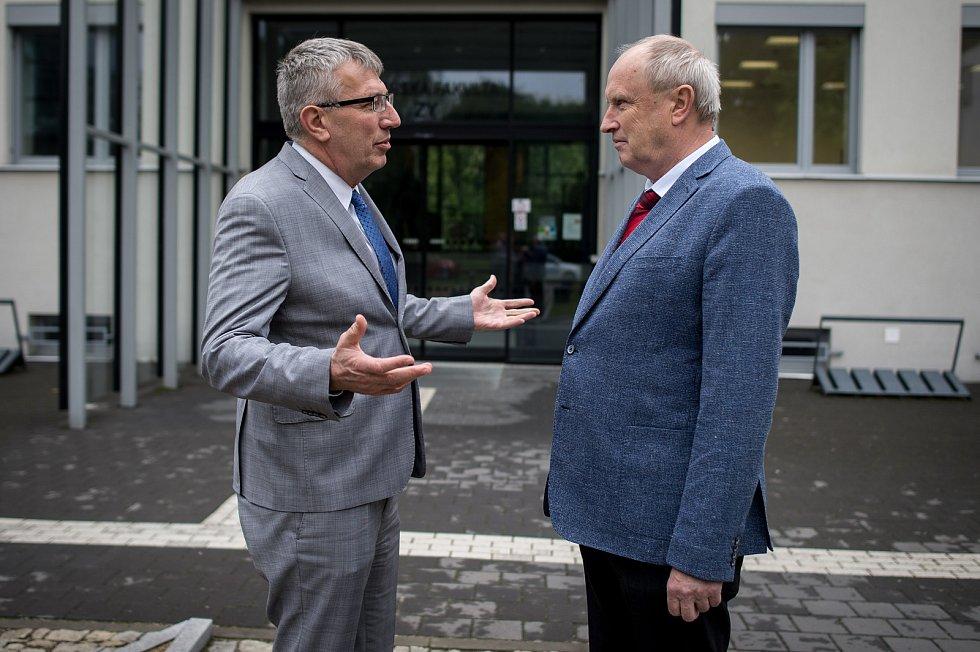 Ředitel Fakultní nemocnice Ostrava Jiří Havrlant (na snímku vlevo) s děkanem Lékařské fakulty Ostravské univerzity Arnoštem Martínkem, 16.  května v Ostravě.