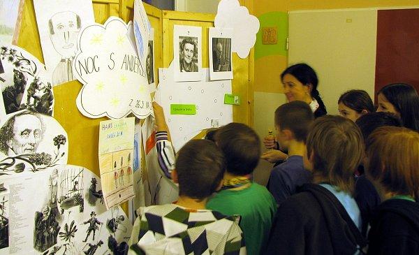 Děti zpátých tříd základní školy Paskovská vOstravě-Hrabové přenocovaly ve škole. Akci snázvem Noc sAndersenem si moc chválily.