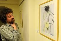 Kolekci třiceti portrétů, ale také akty vystavuje v ostravské Galerii Beseda Milan Knížák, někdejší rektor pražské Akademie výtvarných umění, ale stále v očích mnoha příznivců výtvarného umění kontroverzní umělec.