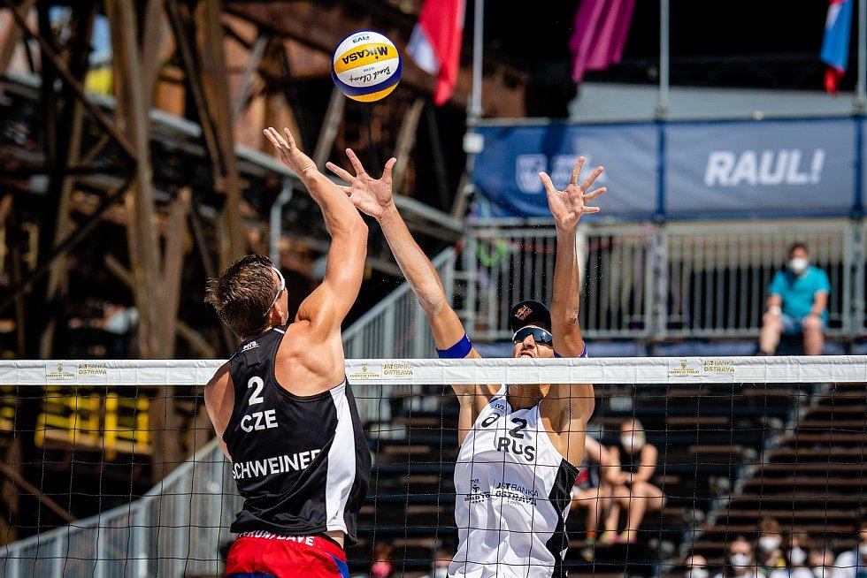 J&T Banka Ostrava Beach Open - semifinále muži, 6. června 2021 v Ostravě. David Schweiner (CZE) a Oleg Stoyanovskiy (RUS).