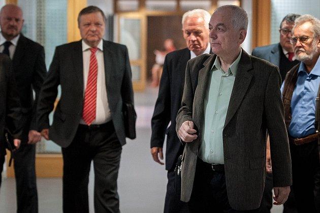 Před Okresním soudem v Ostravě-Porubě stanulo 22. května 2018 osm bývalých radních, včetně dvou bývalých starostů, ostravského obvodu Jih. Podle obžaloby v letech 2007 a 2010 při výběru firem na údržbu zeleně jednali nehospodárně a způsobili škodu okolo 6