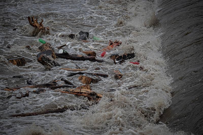 Povodňový stupeň na řece Ostravice která leží ve městě Vratimov, 21. června 2020 v Ostravě.