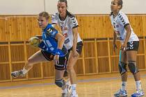 Petra Adámková na snímku v modrém.
