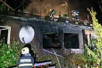 Zásah hasičů u požáru finského dvojdomku v Heřmanicích.