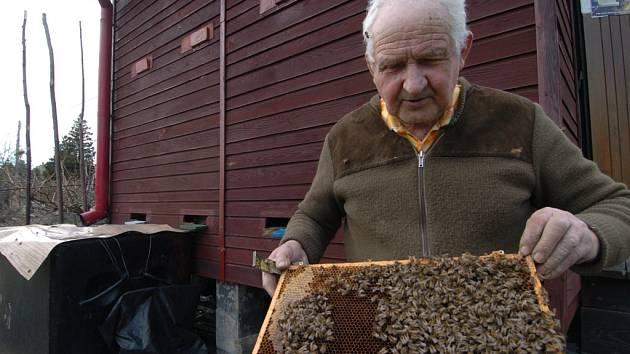Včelař Ivan Kotrba z Ostravy.