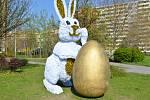 Velikonoční zajíc v blízkosti kruhového objezdu v Ostravě-Hrabůvce.