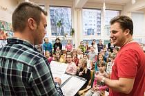 Na zkoušku školního sboru dorazil i Tomáš Savka.