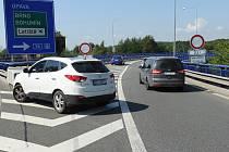 Automobily nad tři a půl tuny nesmí na dálniční most v Přívoze. Na mostech jsou uzavřeny mostní závěry, vysunutá ložiska mimo přípustné meze a dochází k nerovnoměrným pohybům mostních podpěr.
