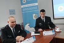 Vedoucí moravskoslezské dopravní policie Jiří Zlý (vpravo) a vedoucí dálničního oddělení Ostrava Jiří Pátra informovali o vývoji dopravní nehodovosti za rok 2009.