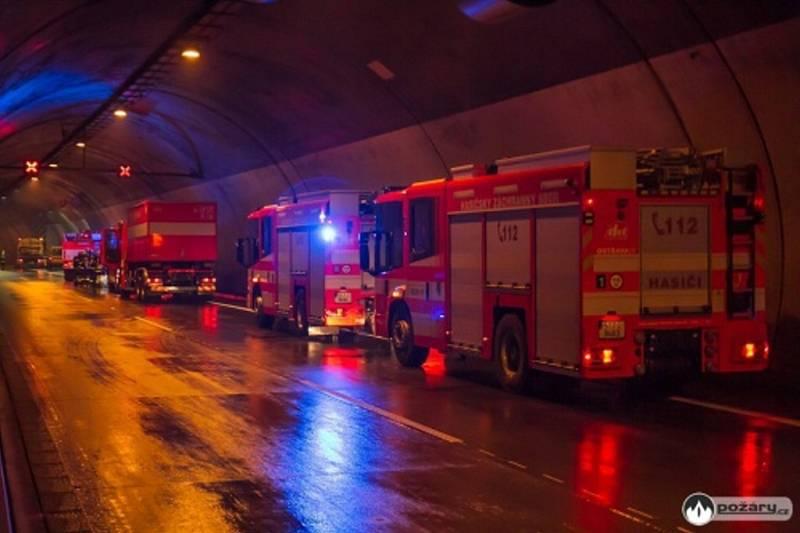 Cvičení hasičů v dálničním tunelu.