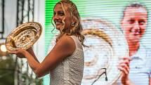 Petra Kvitová s wimbledonským talířem.
