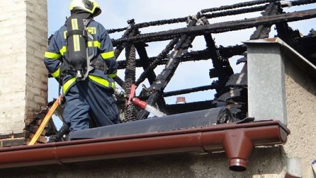 Tři jednotky hasičů zasahovaly v neděli odpoledne v Ostravě-Kunčicích u požáru plechové a lepenkové sedlové střechy rodinného domku.