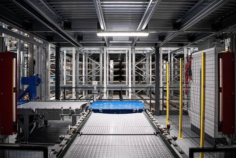 Robotizovaný sklad sklad sýrů společnosti Gran Moravia, 12. srpna 2021 v Cogollo del Cengio v provincii Vicenza, Benátsko, Itálie. Příjem bochníků do skladu.