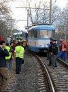 Záchranáři pomáhají obětem srážky dvou tramvají ve Vřesině