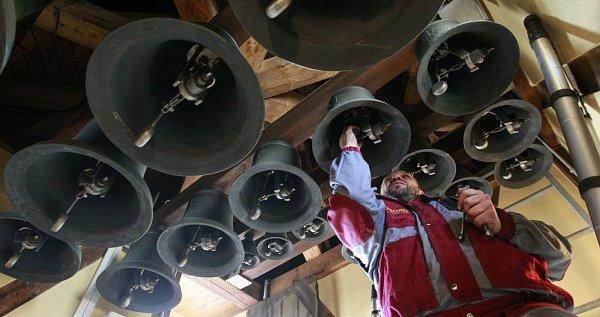 Dvaadvacet zvonů na věži Staré radnice na Masarykově náměstí vOstravě se včera dočkalo údržby, a to poprvé od jejich instalace před jedenácti lety.