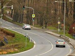 Až tragická nehoda přispěla ke zlepšení situace v obci. Semafory zpomalují rychlou jízdu neopatrných řidičů.