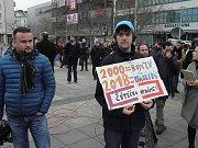 Zhruba dvě stě lidí, převážně studentů, dorazilo ve čtvrtek v pravé poledne na demonstraci na Masarykovo náměstí v centru Ostravy.