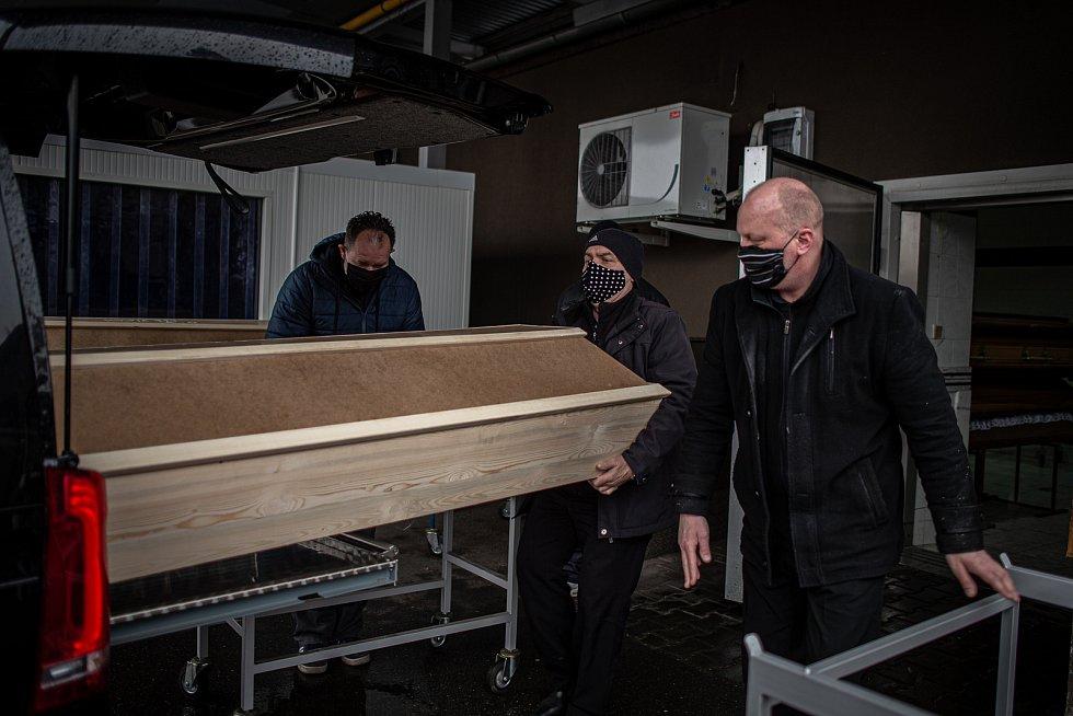 Krematorium Ostrava nestíhá zpopelňovat zemřelé.