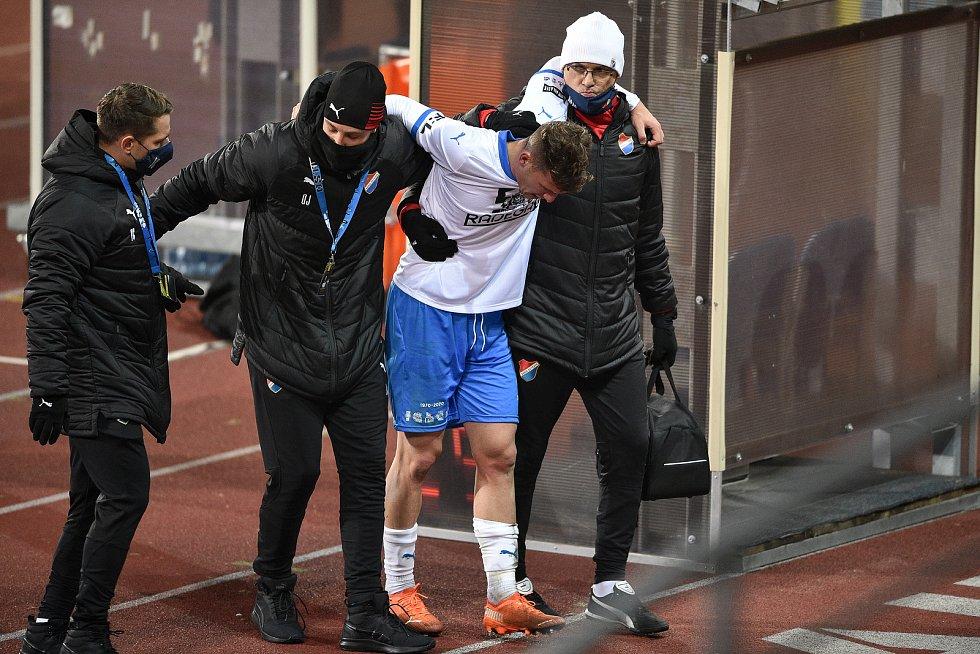 Utkání 13. kola první fotbalové ligy: FC Baník Ostrava - Sigma Olomouc, 18. prosince 2020 v Ostravě. Zraněný hráč Ondřej Šašinka z Ostravy.