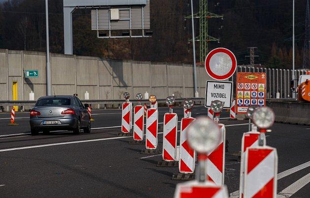 Na dálnici D1 uOstravy nastoupili silničáři a vozovku provizorně opravují, řidiči proto musí po dálnici jezdit rychlostí 60kilometrů vhodině, tedy vpodstatě jako městem!