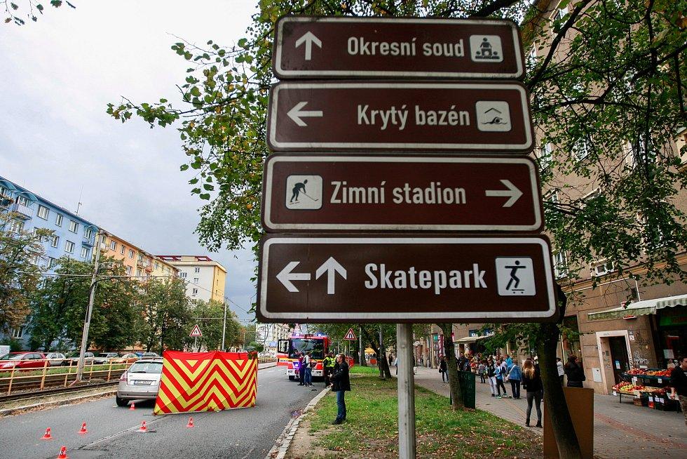 Tragická nehoda na Opavské ulici ze směru z Poruby na centrum. Auto srazilo dívku a starší chodkyni, která zraněním podlehla.