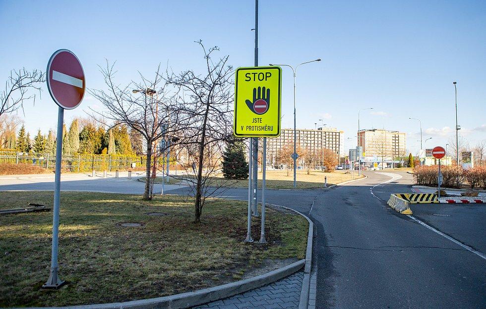 Zákazová značka na ulici Nákupní v Ostravě, únor 2019. Ilustrační foto.