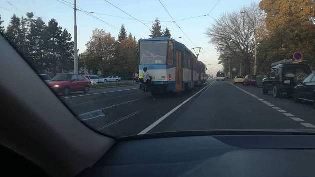 Nebezpečná zábava. Snímky dětí jedoucích na spřáhlech tramvají zaplavily internet.