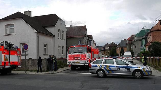 Zásah policie a záchranných složek po výbuchu v domě. Ilustrační foto.