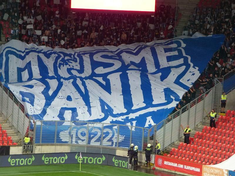Fanoušci fotbalového Baníku Ostrava při utkání na hřišti mistrovské Slavie.