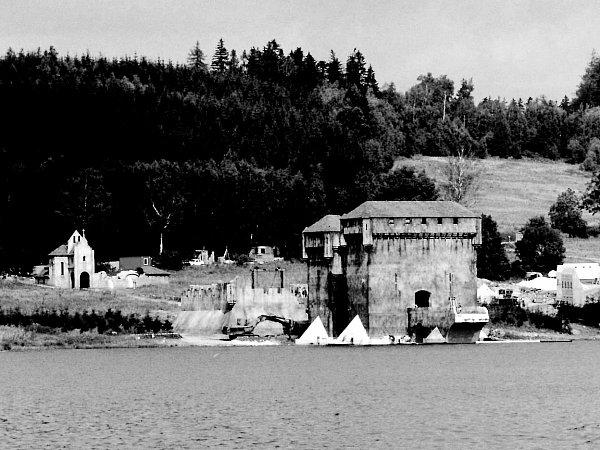Francouzská pevnost na březích Slezské Harty. Filmaři upřehrady postavili repliku středověké pevnosti, natáčel se zde film Johanka zArku. Dnes už po stavbě není ani památky, po natáčení ji filmaři zase zbourali.