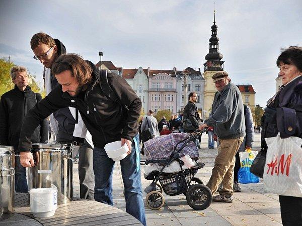 Závěrečný happening Dnů proti chudobě na Masarykově náměstí vOstravě.