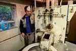 Speciální linka na renovaci peří slouží už dlouhá léta, ale podle Adama Petráška (na snímku) pořád odvádí kvalitní práci.