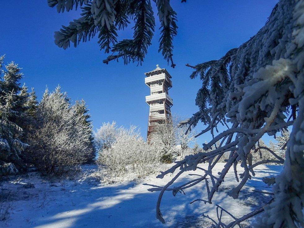 Adriana Tobolová poslala krásně zasněženou rozhlednu na beskydském Velkém Javorníku.