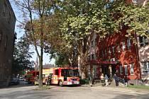 Cvičení hasičů ve Vítkovické nemocnici s úspěšnou evakuací po požáru.