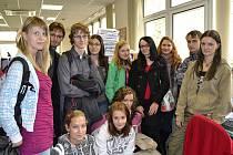 Ostravskou redakci Deníku v pátek navštívilo dvanáct redaktorů školního časopisu Gymnázia a SOŠ Orlová Neuron.