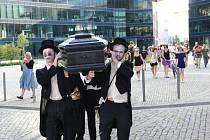 Formace Wariot Ideal v pátek v podvečer překvapila některé Ostravany v centru města, kterým se procházela s rakví a s pohřební kapelou v zádech.