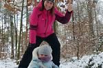 My si ten sníh užíváme na procházkách lesem. I sněhuláka máme. Je nádherná zima.