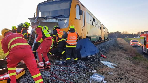 Zásah hasičů u střetu osobního auta a vlaku v Horních Tošanovicích, sobota 21. listopadu 2020.