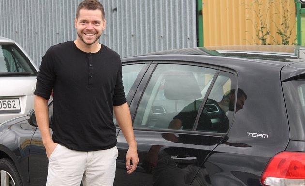 OPORA ČESKÉ FUTSALOVÉ reprezentace Michal Seidler před svým současným vozem, který brzy vymění za služební, které dostane od svého nového zaměstnavatele vPolsku.