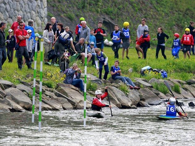 Závody vodáků z oddílu Tzunami, vodáckého klubu Kaskády, na řece Ostravici kolem Sýkorova mostu.