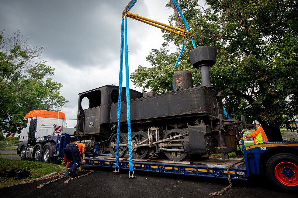 Parní lokomotiva řady 310 s přezdívkou Kafemlejnek na nádraží Ostrava střed.