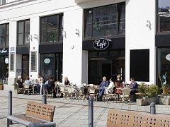 Posezení na čerstvém vzduchu momentálně láká hosty více než vnitřní prostory kaváren a restaurací.